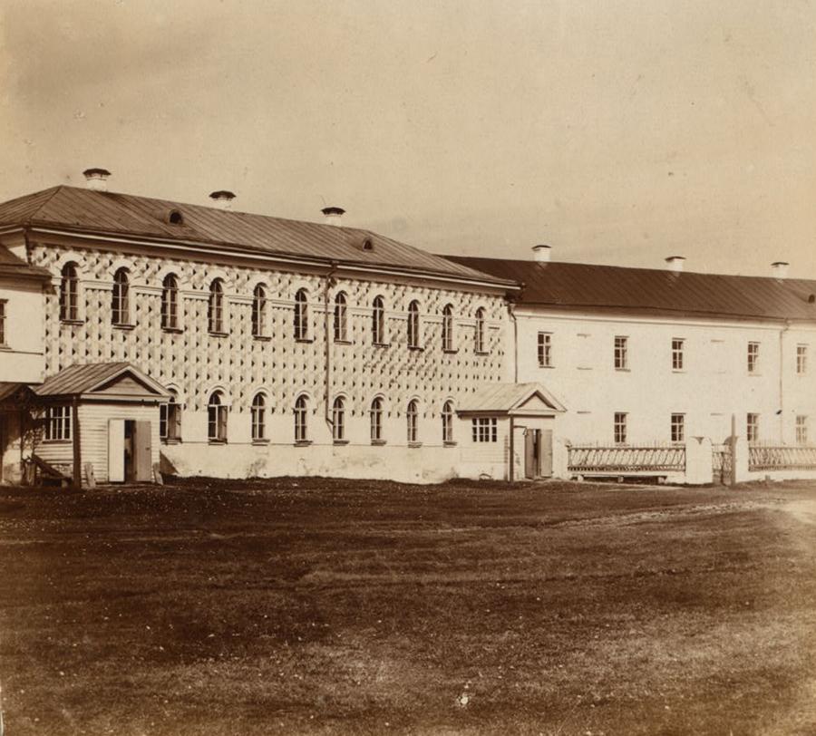 Братский корпус и трапезная в Макарьевском монастыре. Фото С. Прокудин-Горский. 1910 г.