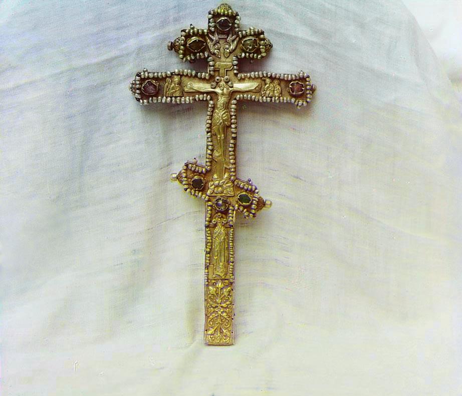 Крест с изображением Священномуч. Ипатия. В ризнице Ипатьевского монастыря. Фото С. Прокудин-Горский. 1911 г.