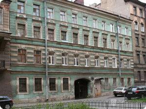 УЛ. ВЕРЕЙСКАЯ, 15 В этом здании доходного дома в 1909 г. после переезда в Петербург снимал квартиру Даниил Осипович Святский.