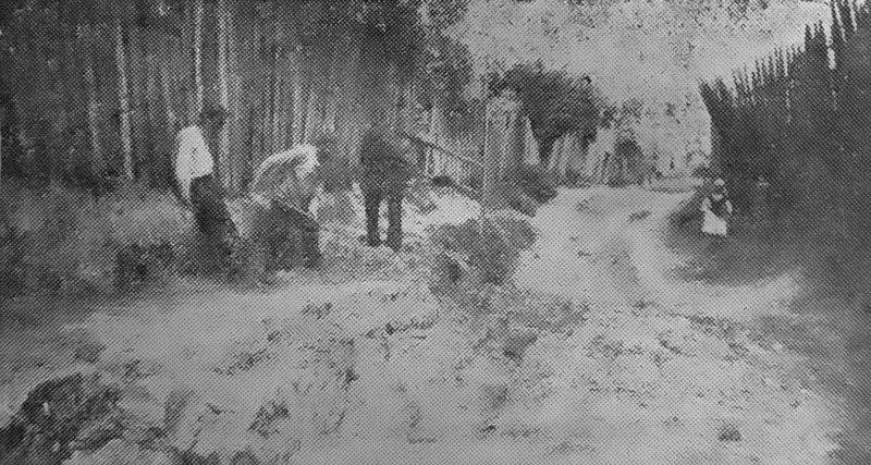 Раскопки в с. Супоневе. Закладка траншеи под забором усадьбы гр. Кузнецова. 1926 г.