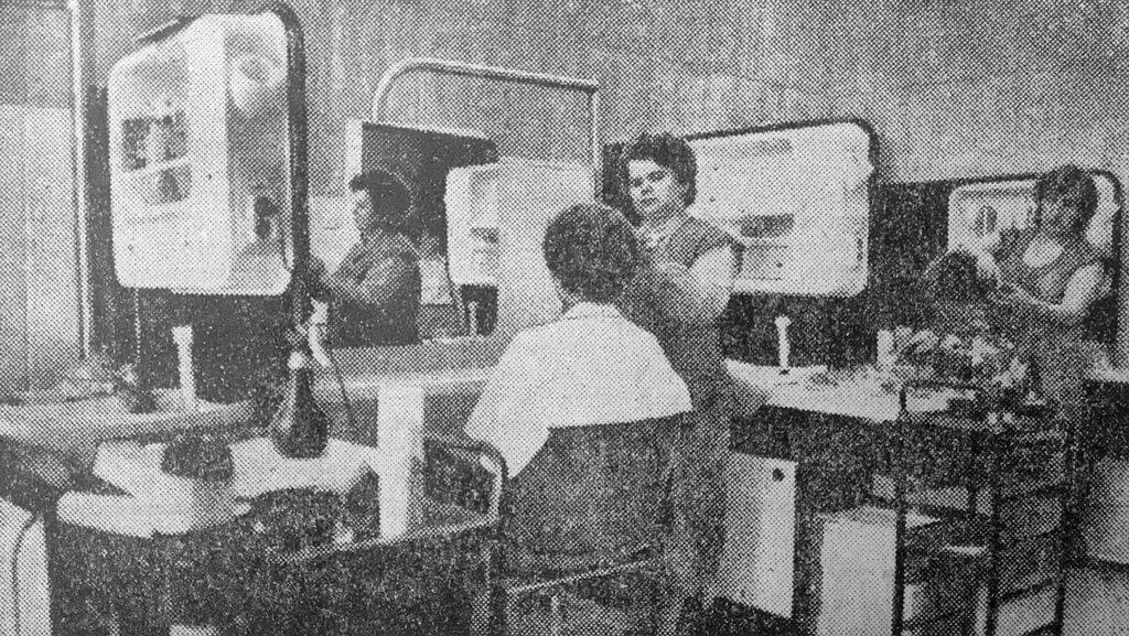 В женском зале работают Н. Ромашина и Т. Носкова (справа)