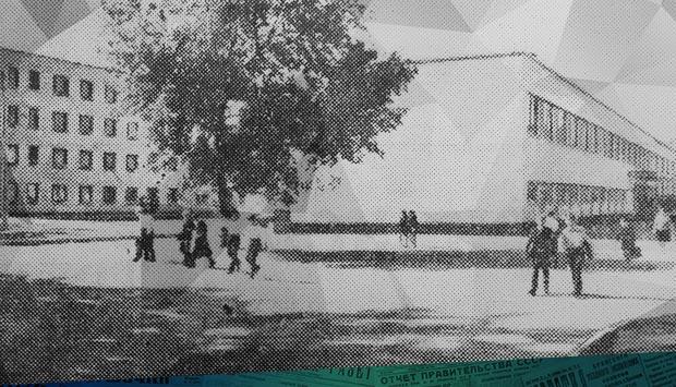 Показательная стройка // Брянский рабочий. - 1974. - 22 сен. (№223): в 1974 г. в Бежице открылась самая большая школа на 1320 мест на ул. XXII съезда КПСС