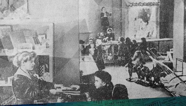 На снимке вы видите торговый зал магазина «Детский мир»… // Брянский рабочий. – 1959. – 1 ноя. С. 4: 60 лет назад в Бежице открылся магазин «Детский мир»