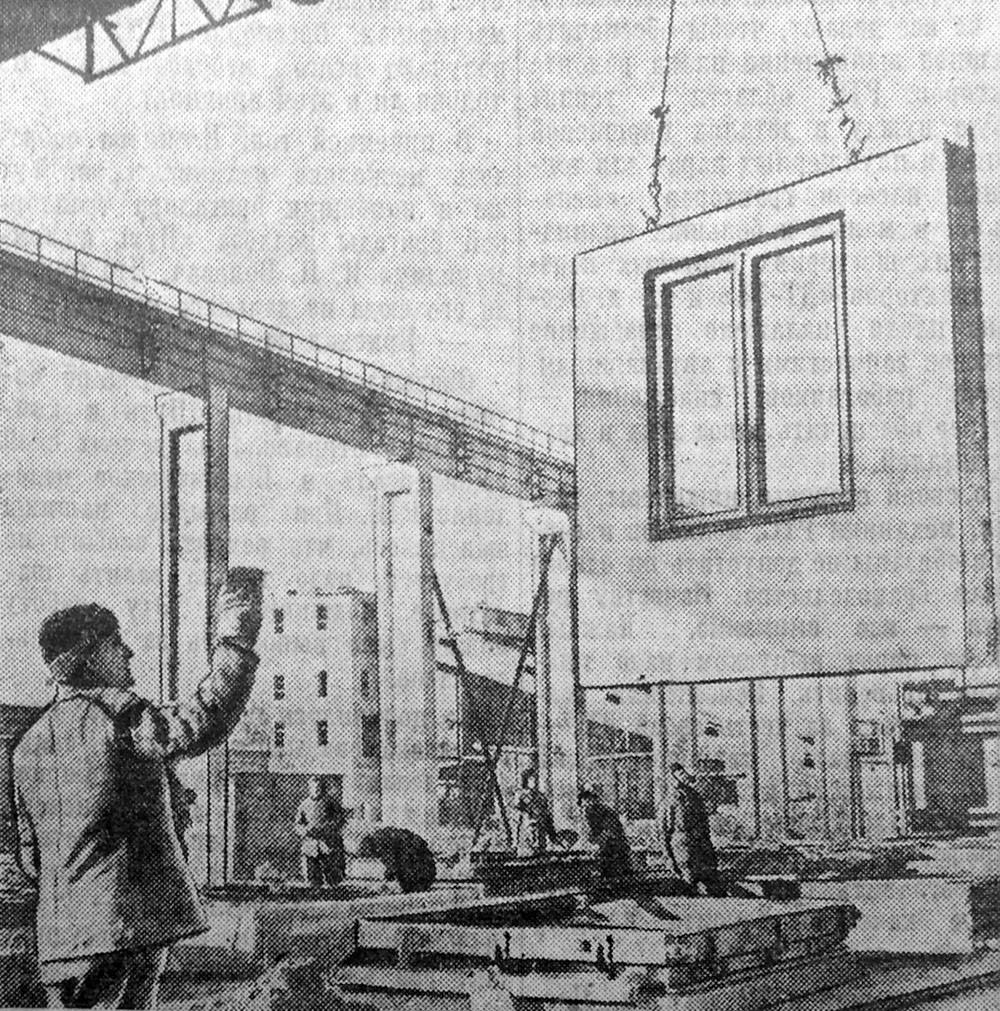 подъем готовой панели, в которую вмонтирован оконный переплет. Фото И. Мелещенко