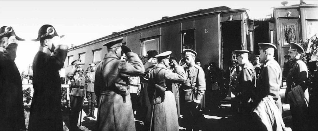 РГАКФД. Шифр: Ал-269а сн. 89. Представление рапорта императору Николаю II [начальником Брянского гарнизона] у поезда во время прибытия императора в Бежицу на ст. Болва. Среди присутствующих: генерал-майор свиты В.Н.Воейков, Н.П.Саблин (2-й справа), генерал-майор свиты А.Н.Граббе (в центре) и др. 3 мая (20 апреля) 1915 г.
